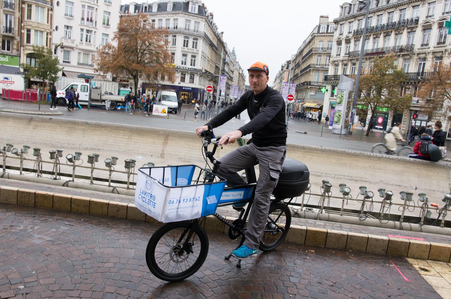 David - La Vitrocyclette sur le parvis de la gare Lille Flandres